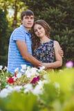 Couples dans l'amour étreignant dans la perspective de la nature Regardez l'appareil-photo Concept : amour, roman Photographie stock libre de droits