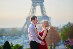 Couples dans l'amour étreignant devant Tour Eiffel à Paris, France Image libre de droits
