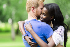 Couples dans l'amour étreignant et embrassant peacfully dehors Photos libres de droits