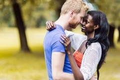 Couples dans l'amour étreignant et embrassant peacfully dehors Photographie stock