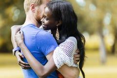 Couples dans l'amour étreignant et embrassant peacfully dehors Photo stock