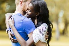 Couples dans l'amour étreignant et embrassant peacfully dehors Image stock