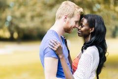 Couples dans l'amour étreignant et embrassant peacfully dehors Photo libre de droits