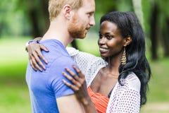 Couples dans l'amour étreignant et embrassant peacfully dehors Photos stock