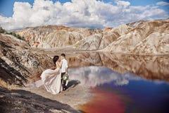 Couples dans l'amour étreignant dans la perspective des montagnes et du r Photo stock