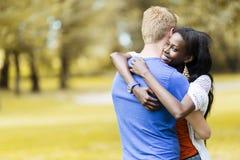 Couples dans l'amour étreignant peacfully dehors Photos stock