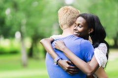 Couples dans l'amour étreignant peacfully dehors Image libre de droits