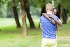 Couples dans l'amour étreignant peacfully dehors Photo libre de droits