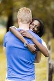 Couples dans l'amour étreignant peacfully dehors Image stock