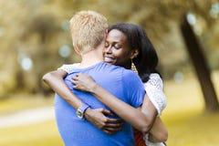 Couples dans l'amour étreignant peacfully dehors Images stock