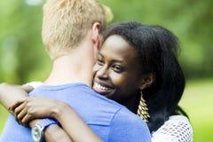 Couples dans l'amour étreignant peacfully dehors Images libres de droits