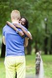 Couples dans l'amour étreignant peacfully dehors Photographie stock