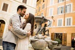 Couples dans l'amour étreignant près des fontaines à Rome Images libres de droits