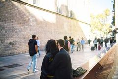 Couples dans l'amour étreignant près du Fossar de les Moreres Photographie stock libre de droits