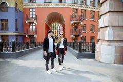 Couples dans l'amour Couples affectueux appréciant en quelques moments de bonheur dans la ville Amour et tendresse, datation, rom Image libre de droits