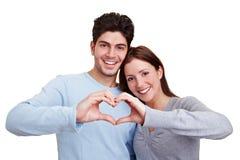 Couples dans l'amour affichant le coeur photo stock