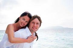 Couples dans l'amour appréciant des vacances d'été. Photo stock