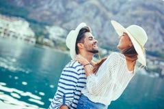 Couples dans l'amour, appréciant l'heure d'été Image stock