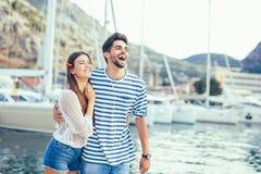 Couples dans l'amour, appréciant l'heure d'été Images libres de droits