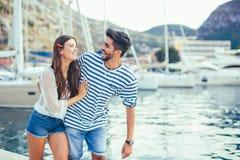 Couples dans l'amour, appréciant l'heure d'été Photo libre de droits