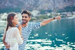 Couples dans l'amour, appréciant l'heure d'été Photographie stock libre de droits