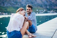 Couples dans l'amour, appréciant l'heure d'été Photo stock