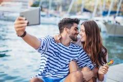 Couples dans l'amour, appréciant l'heure d'été Photos libres de droits