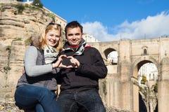 Couples dans l'amour appréciant le jour ensoleillé d'automne à Ronda Photographie stock libre de droits
