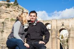 Couples dans l'amour appréciant le jour ensoleillé d'automne à Ronda Images libres de droits