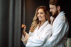 Couples dans l'amour appréciant le week-end de bien-être photo stock
