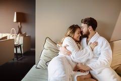 Couples dans l'amour appréciant le week-end de bien-être images libres de droits