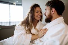 Couples dans l'amour appréciant le week-end de bien-être photos libres de droits