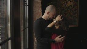 Couples dans l'amour au café près d'une fenêtre panoramique banque de vidéos