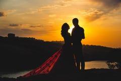 Couples dans l'amour au coucher du soleil Photographie stock