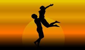 Couples dans l'amour au coucher du soleil Photo libre de droits