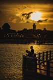 Couples dans l'amour au coucher du soleil Photos libres de droits