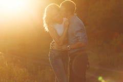 Couples dans l'amour au coucher du soleil baiser Photographie stock libre de droits