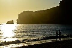 Couples dans l'amour au coucher du soleil de plage, Nazare, Portugal Image libre de droits