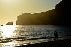 Couples dans l'amour au coucher du soleil de plage, Nazare, Portugal Photo libre de droits