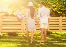 Couples dans l'amour au coucher du soleil marchant en parc heureux, dre américain Photographie stock libre de droits