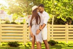 Couples dans l'amour au coucher du soleil marchant en parc heureux, dre américain Images stock