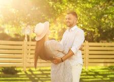 Couples dans l'amour au coucher du soleil marchant en parc heureux, dre américain Images libres de droits