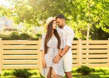 Couples dans l'amour au coucher du soleil marchant en parc heureux, dre américain Photo stock
