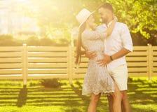 Couples dans l'amour au coucher du soleil marchant en parc heureux, dre américain Image stock