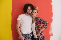 Couples dans l'amour au-dessus du fond de couleur Photographie stock libre de droits