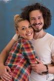 Couples dans l'amour au-dessus du fond de couleur Photo stock