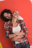 Couples dans l'amour au-dessus du fond de couleur Photos libres de droits
