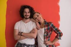 Couples dans l'amour au-dessus du fond de couleur Images libres de droits