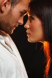 Couples dans l'amour au-dessus du fond foncé Image stock