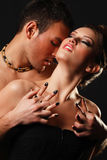 Couples dans l'amour au-dessus du fond foncé Photo libre de droits